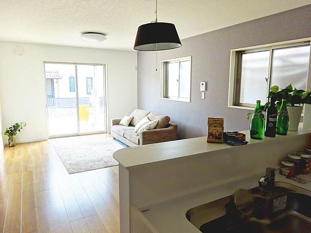 【同社施工例写真】 家具を配置しても十分な広さがあるLDK! 2階に上がるのにこちらのLDKを通るため、ご家族とお顔を合わす機会が自然と増えます♪