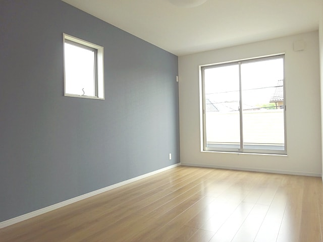 【同社施工例写真】 ベッドルームはとても広々としておりベッドを置いても他の家具も置くことができます♪ 2面採光なのでとても明るい日差しが差し込んでいます!
