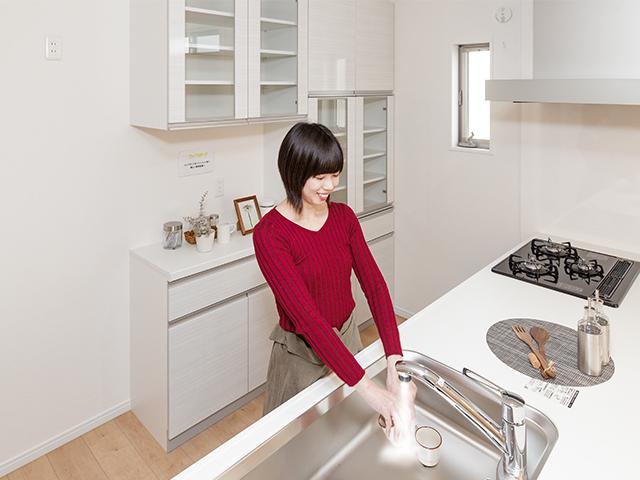 (同仕様写真) スタイリッシュなセミアイランドキッチンには嬉しい設備がたくさん!毎日のお料理が楽しくなります♪
