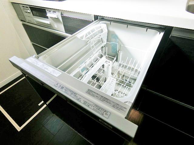 食洗機は庫内にためた少量のお湯や水を上手に循環させて洗うので使用水量は手洗いの約1/9です。地球にも家計にも優しい設備です。また食洗機用洗剤には、手洗い用洗剤には含まれていない酵素が入っているので汚れを強力に浮かせて、スッキリ洗います。最終すすぎは約60℃ですからベビー食器も安心除菌できます。後片付けの時間も短縮できて家族団らん出来ますね♪