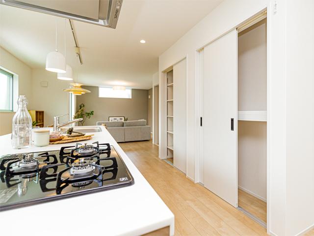 大容量の収納スペースでキッチン家電や食材の保管場所もしっかり確保