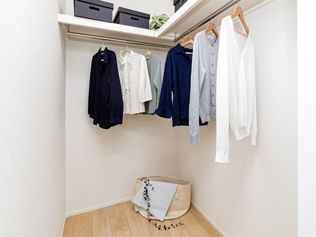 ウォークインクローゼット♪季節外の衣類や荷物、家電なども収納できるのでお部屋はいつもスッキリ片付き広々とした空間を確保できますね
