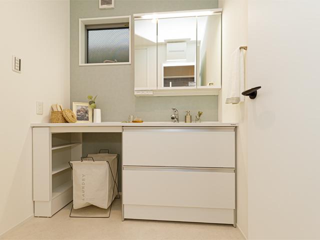 白を基調にした清潔感溢れる洗面所で一日のスタートも爽快に!美容家電や小物をスッキリ収納でき、洗面室がキレイに片付きます