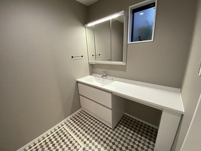 【7号地】使い勝手の良いカウンタースペースを備えたタイプの洗面化粧台