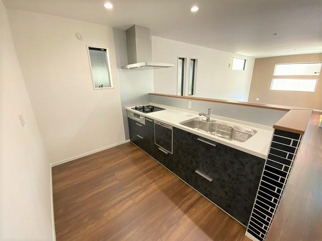 【5号地】ご家族と同じ空間で会話を楽しみ ながら調理できます。デザイン性と使い やすさを備えたキッチンです