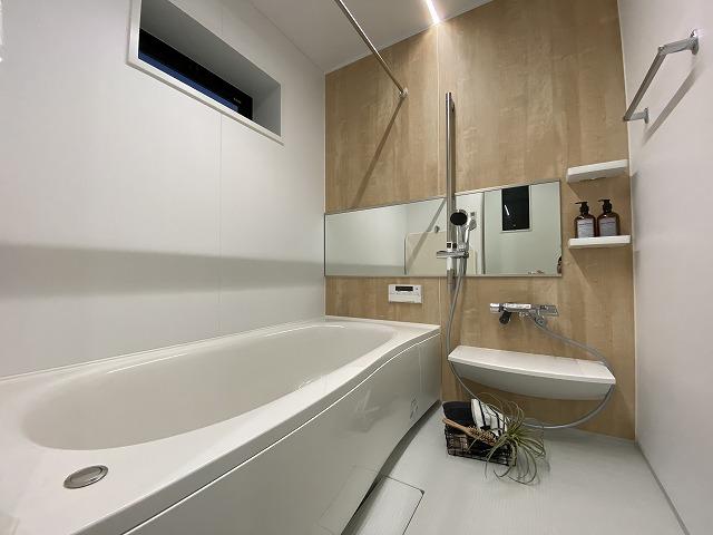 【5号地】半身浴もできる、広々浴室です。