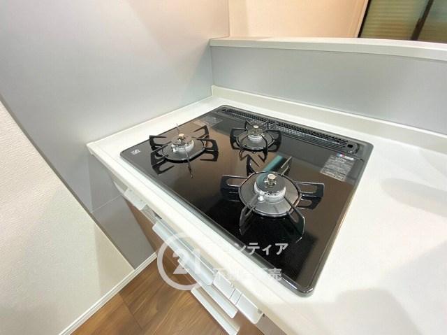 三口ガスコンロでお料理もスムーズに効率的にお料理していただけます♪お掃除のしやすいタイプなので吹きこぼれなど安心ですね。グリルもついていますので、お料理の幅が広がります♪
