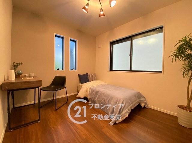 洋室3部屋共に2面採光♪風通しも良好です。LDKに隣接する和室はお子様のお昼寝スペースや、日向ぼっこをしながら読書をする部屋にいかがでしょうか(2号地)