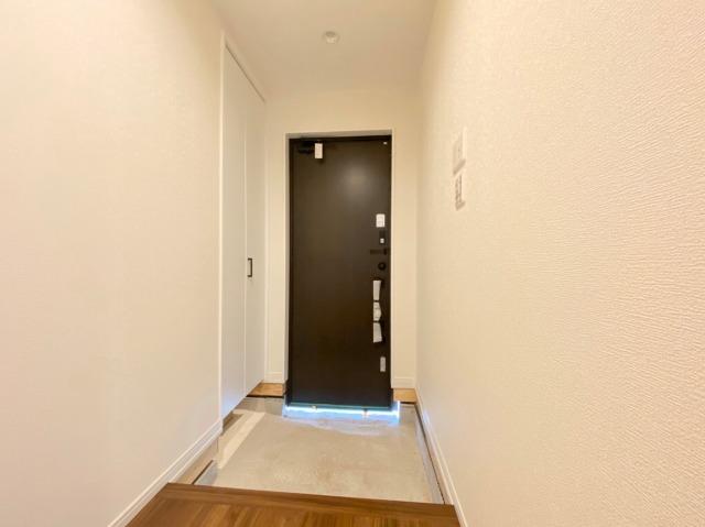 \同仕様写真/すっきりとした玄関でご家族のお出迎え