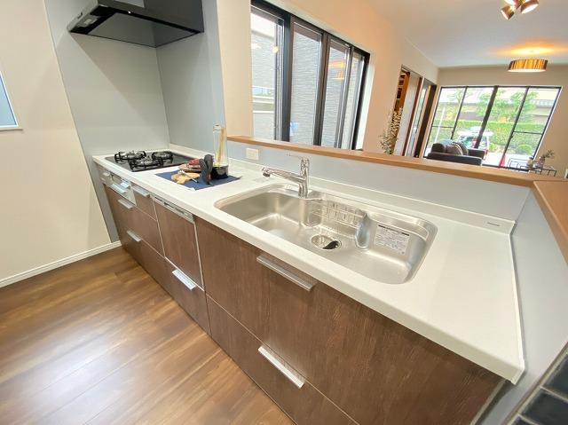 家族やお客様と同じ空間で会話を楽しみ ながら調理できます。デザイン性と使い やすさを備えたキッチンです