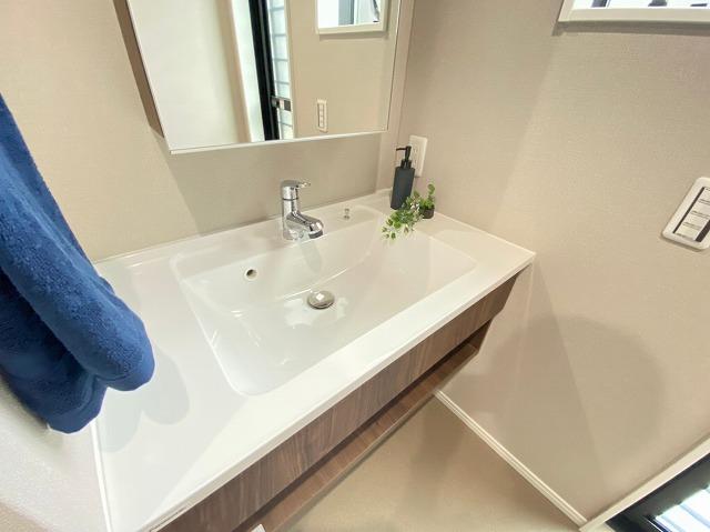 清潔感のある洗面所で朝の準備も気持ち良く進みますね