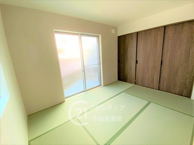 あかるい光が差し込む和室。通常よりもワイドなタイプのクローゼットで収納力すごいです。