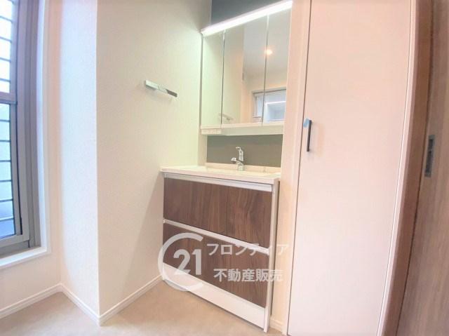 2階にある洗面室からバルコニーにへの動線が良く、毎日のお洗濯物も階段を上り下りすることなく家事の負担も軽減されます!