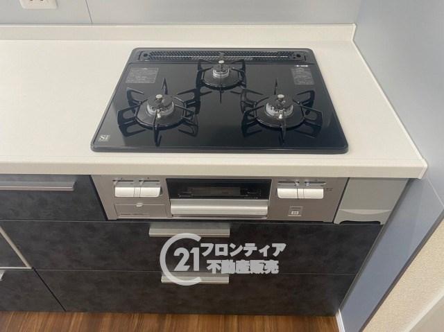 【同社施工例】三口コンロで複数の調理が同時に可能!お料理の効率もアップしますね!