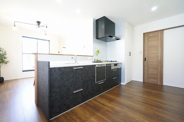 【同社施工例】キッチンには食洗器が標準仕様でついており、家事を時短にします。収納も豊富なのでスッキリ片付いたキッチンになりますね