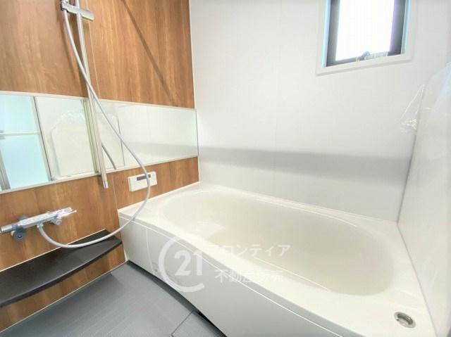 浴室は窓があり防カビ対策も安心です。浴室暖房乾燥機が付いていますので雨の日のお洗濯物も安心です