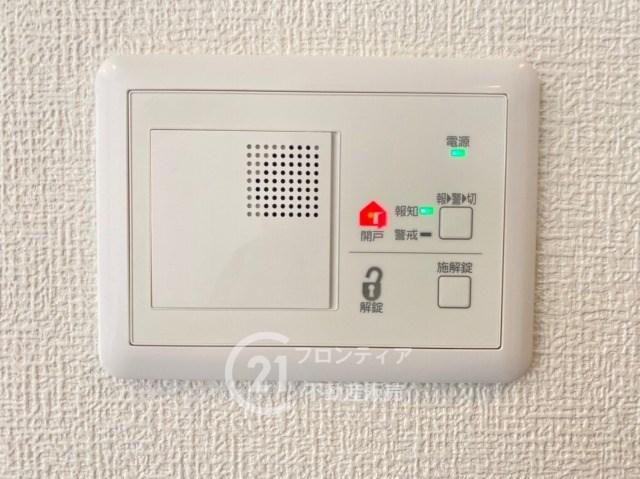 家族が帰ってきたらサッと電気施錠で鍵を開けることができます。お料理しているときでも火の元から離れることなく解錠できるので便利ですね