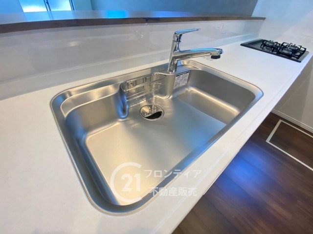大きめのシンクは家族みんなの食器を置いても十分な大きさです。大きいお鍋も周りに水を飛び散らせることなく洗えますね