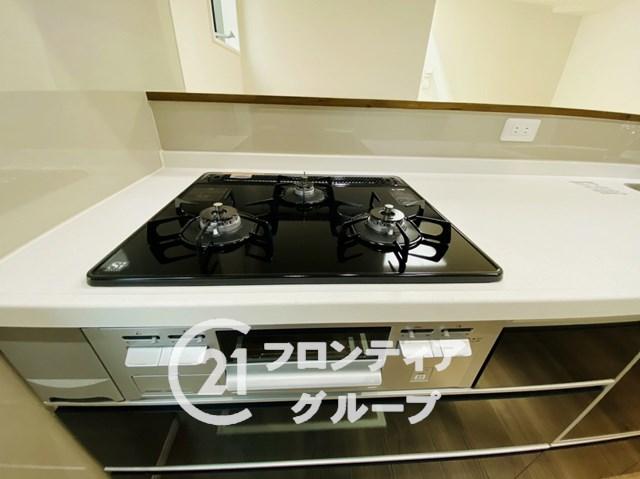 \同社施工例/三口コンロで複数の調理が同時に可能!お料理の効率もアップしますね!