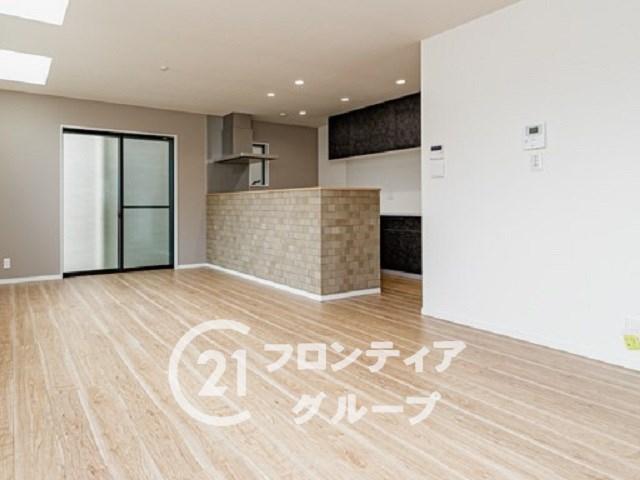 【同仕様写真(カフェナチュラル)】キッチン、棚、壁紙、床材。どれもがコンセプトに合わせて選ばせていただくので統一感がございます