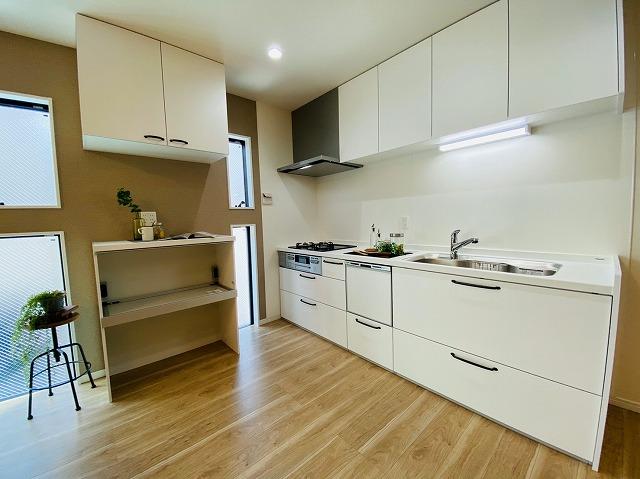 開放的なオープンキッチンです。2WAYキッチンで家事効率アップ!