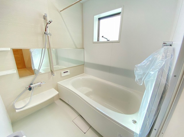 1日の疲れを癒すゆったり1坪サイズの浴室。雨の日や寒い時期に便利な浴室暖房乾燥機付きです