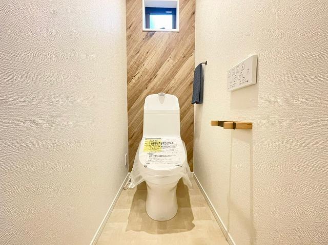 \同仕様写真/便器にフチがなく奥までサッとひとふきができる「スゴブチ」を採用!お掃除も楽々で環境にも優しい節水機能つきです!