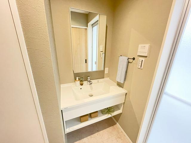 \同仕様写真/使い勝手の良いカウンターベースの洗面化粧台で、パウダーコーナーとして使ったり洗濯かごを仮置きしたりできます!
